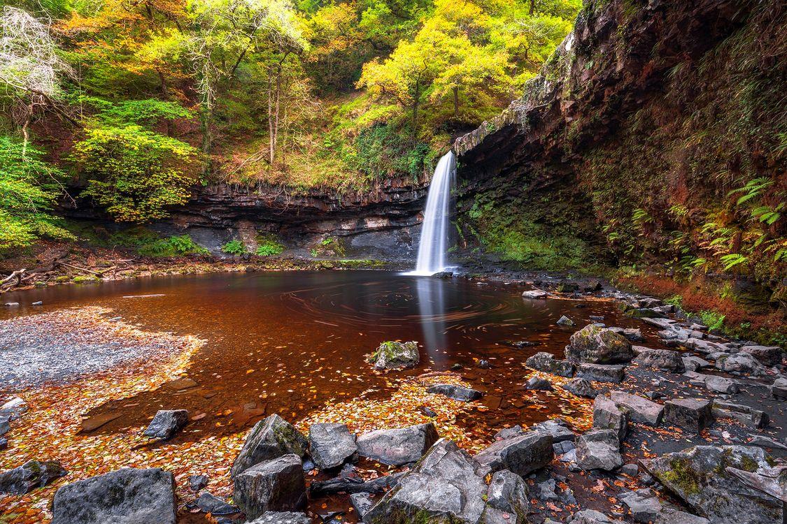 Фото бесплатно осень, водопад, скалы, камни, лес, деревья, пейзаж, пейзажи
