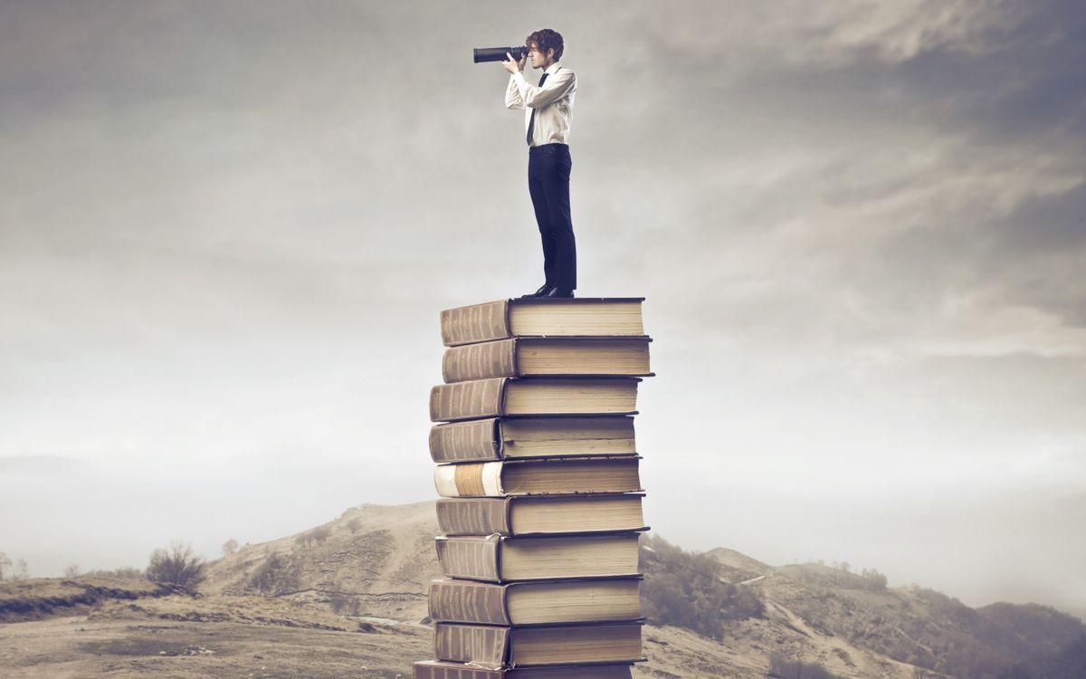 Обои книги, мужчина, горы картинки на телефон