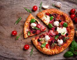 Пицца с мясом и грибами · бесплатное фото