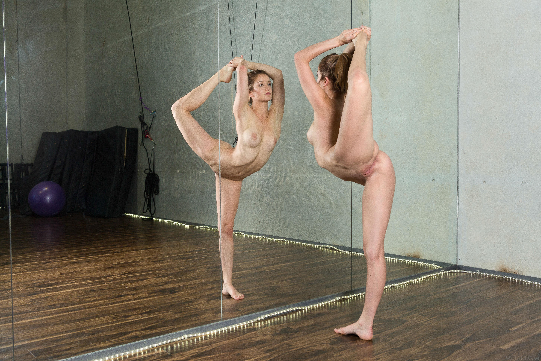 быстро балерина тренируется голышом видео это