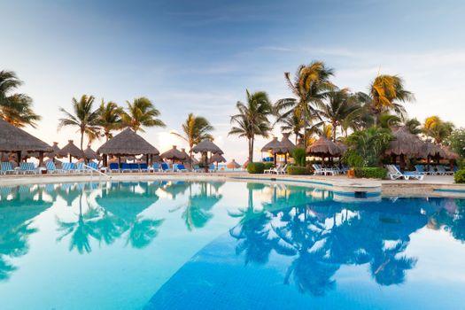 Большой бассейн в тропической местности · бесплатное фото