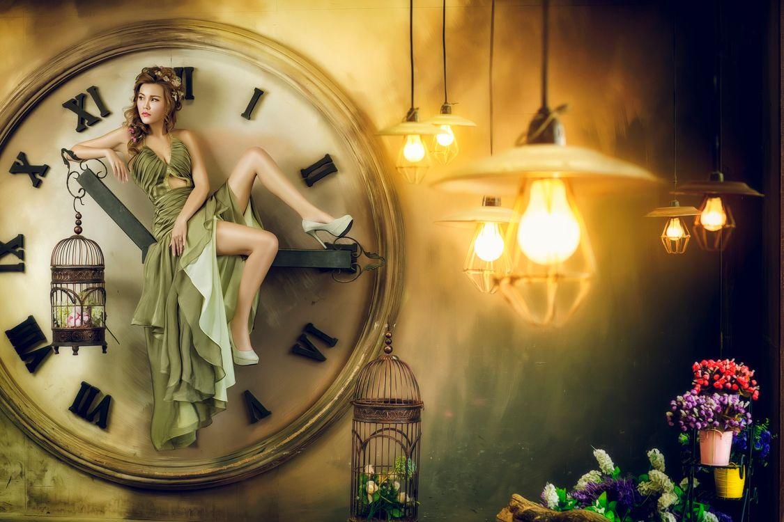 девушка и часы · бесплатное фото