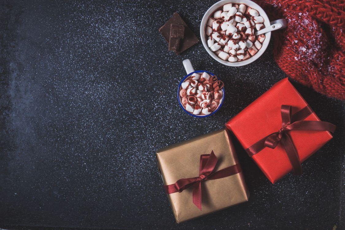 Фото бесплатно горячий шоколад, подарки, шапка, шоколадная плитка, новый год