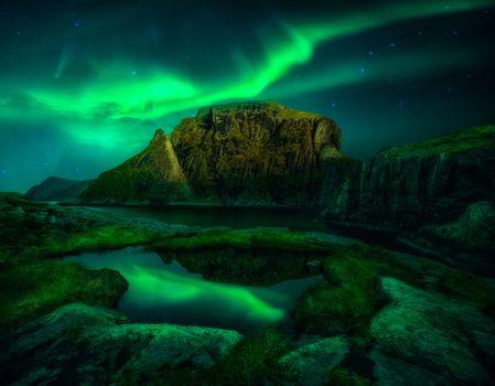 Скалы и северное сияние · бесплатное фото