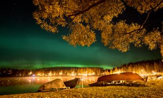 Фото бесплатно Kankarisvesi, Finland, сумерки, свечение, аврора, сияние, берег, озеро, лодки, красивое небо, ветки деревьев, лес, деревья, свет, иллюминация, пейзаж