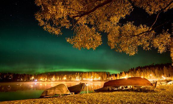 Фото бесплатно Kankarisvesi, Finland, сумерки, свечение, аврора, сияние, берег, озеро, лодки, красивое небо, ветки деревьев, лес