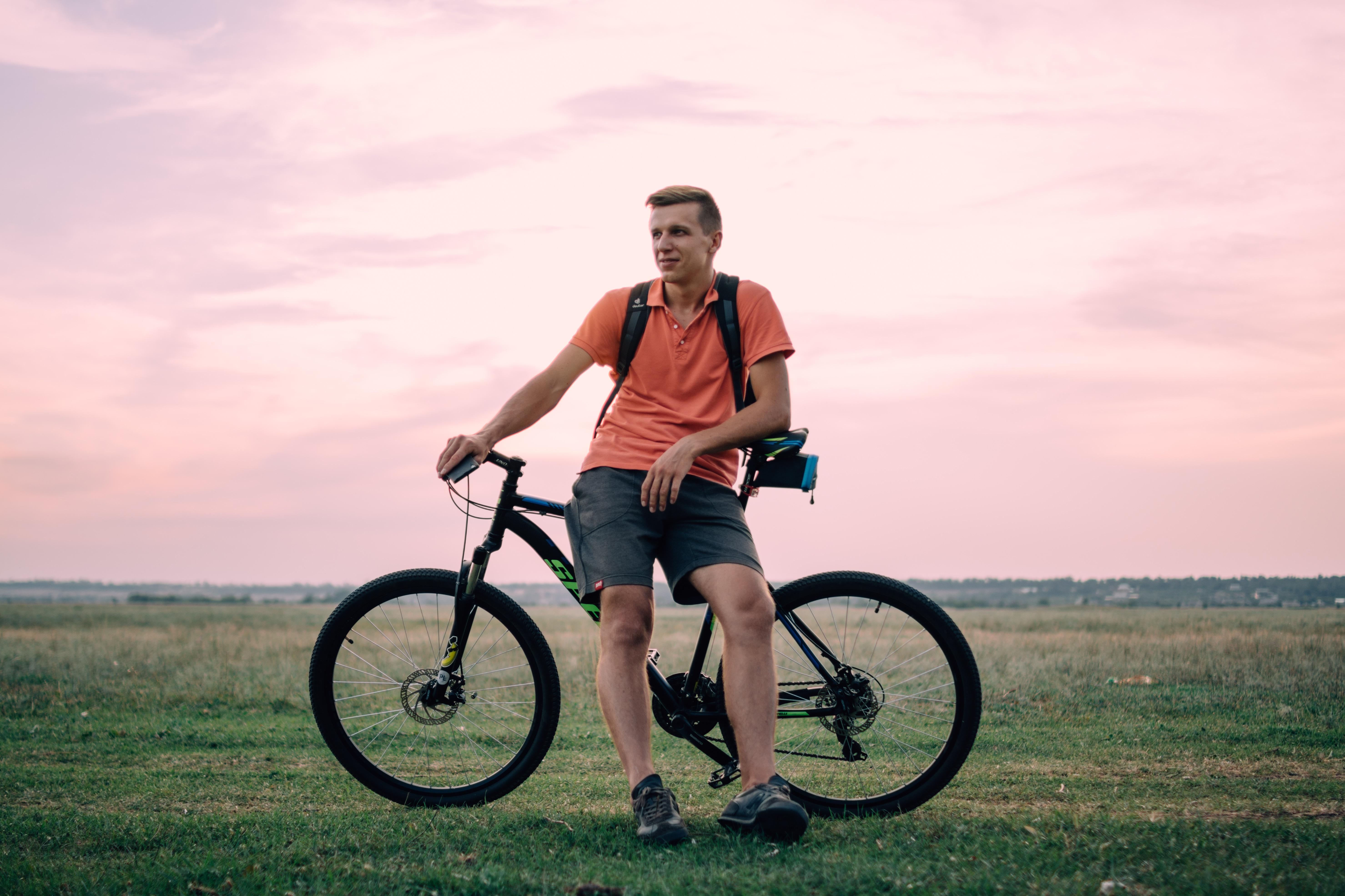 чин фото мужчина на велосипеде около лед