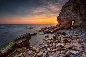 Пещера в скале на берегу моря · бесплатное фото