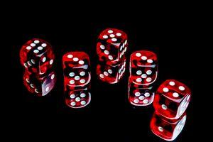 Бесплатные фото кубики,игра,зеркало,красный,куб,отражение,чёрный фон