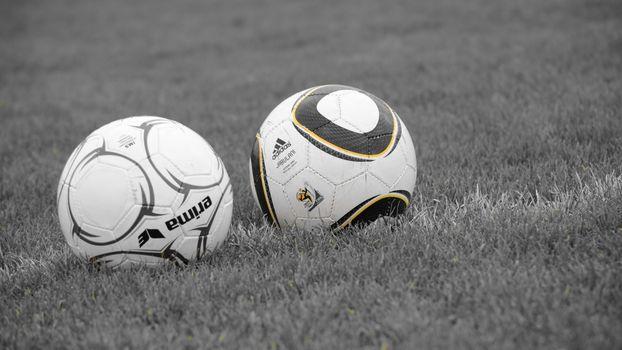 Фото бесплатно футбольные мячи, поле, трава