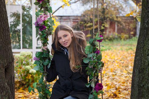 Фото бесплатно Нимфа, блондинка, голубые глаза, нимфа киты, Синди Г, Нимфа B, София Д, качели, цветы, пальто, осень, на открытом воздухе