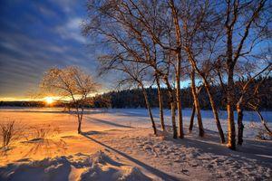 Зимний закат солнца и поле