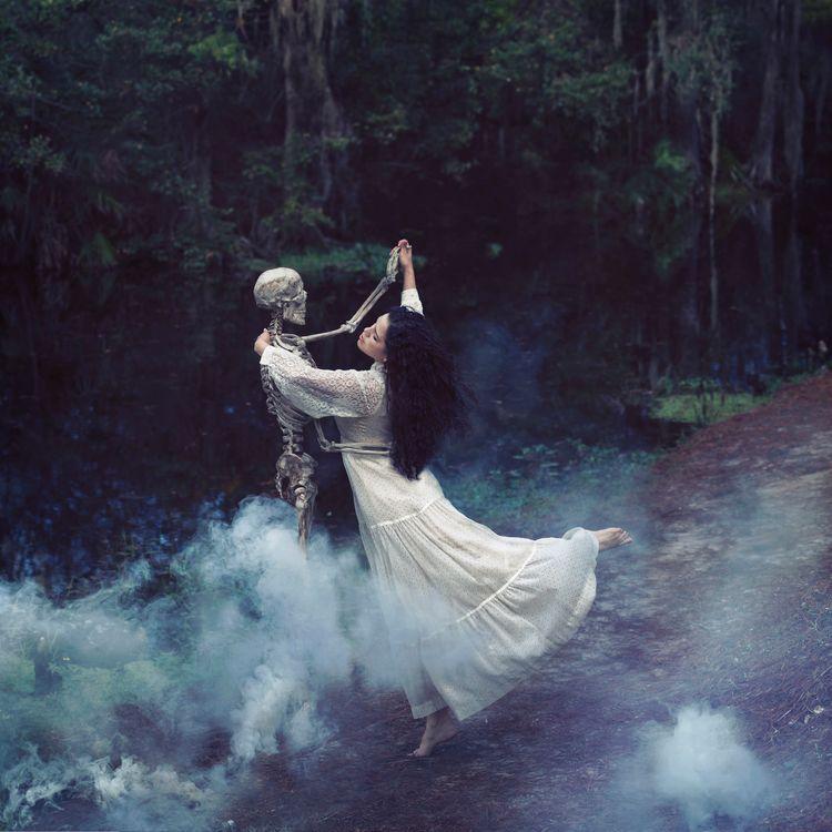 девушка и скелет · бесплатное фото