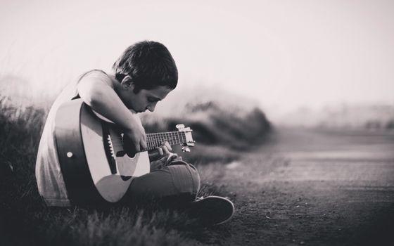 Фото бесплатно черно-белая съемка, парень, гитара