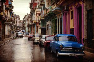 Старая улица с припаркованными машинами
