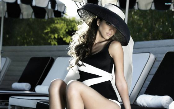 Бесплатные фото девушка,шляпка,купальник,макияж