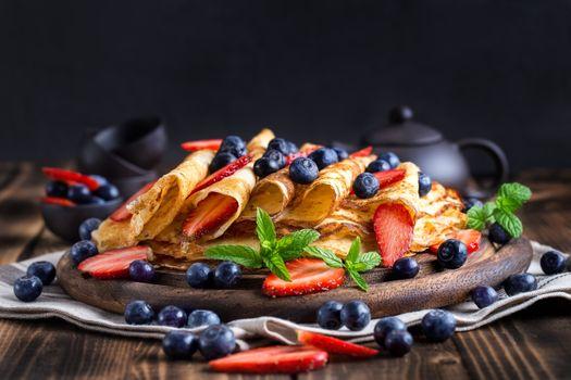 Аппетитные блинчики с ягодами · бесплатное фото