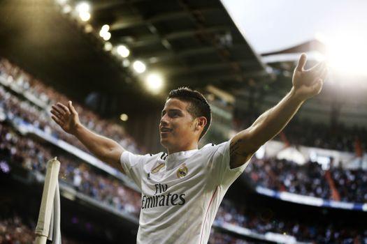 Футболист Хамес Родригес приветствует публику