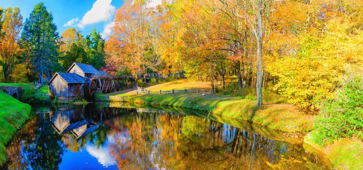 Фото бесплатно Mabry Mill, Blue Ridge Parkway mp 176, Virginia, осень, речка, водяная мельница, деревья, краски осени, осенние краски, пейзаж, панорама