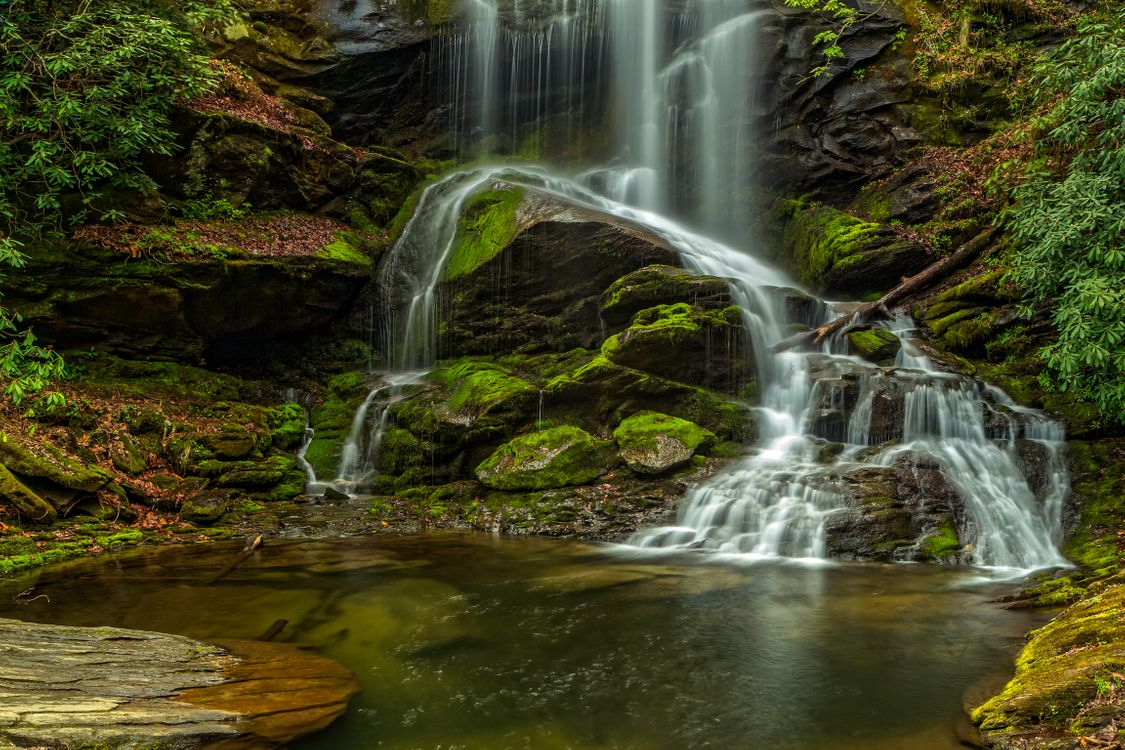 Фото бесплатно водопад, скалы, поток, водоём, камни, мох, кустарник, природа, пейзаж, пейзажи