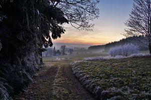 Бесплатные фото закат,дорога,поле,деревья,иней,домик,природа