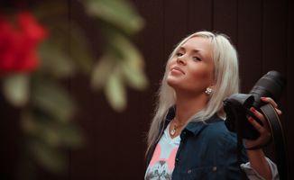 Блондинка с фотоаппаратом · бесплатное фото