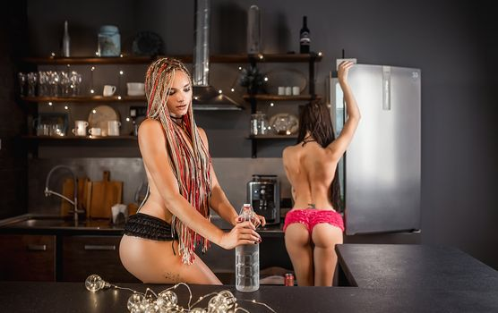 Фото бесплатно девушки на кухне, красивые незнакомки, Woman