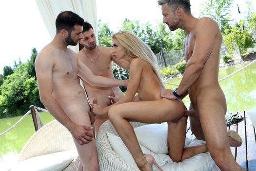 Бесплатные фото Katrin Tequila,три мужика,огомный член,секс с мужиком,мужик,трахает девушку,голая,голышом,на диване,обнаженная,красавица,сески
