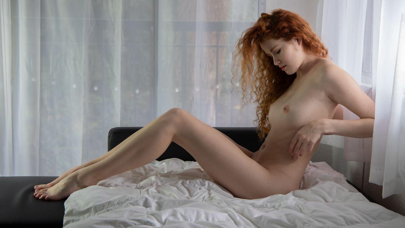 Фото бесплатно Хейди Романова, рыжая, сиськи, большие сиськи, голая, постель, ножки, эротика