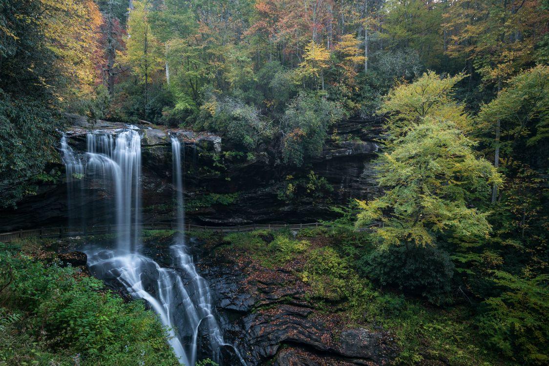 Осенний пейзаж и водопад · бесплатное фото